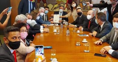 Lira recebe abaixo-assinado contra PEC 32
